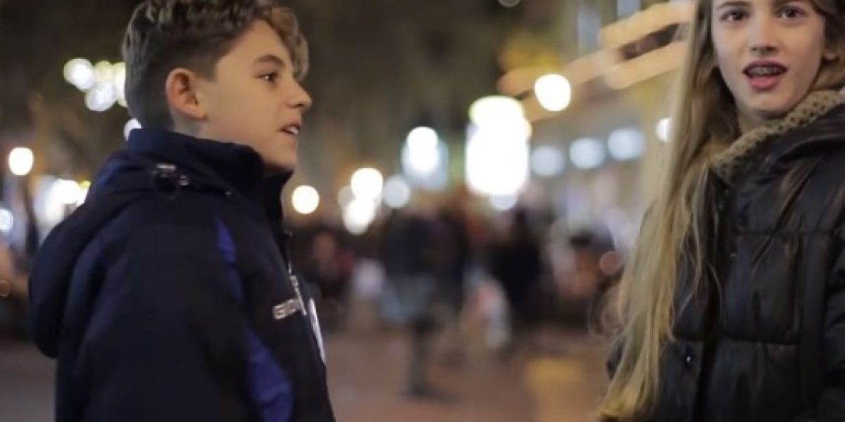 Video: ¿Cómo reacciona un niño cuando le piden que golpee a una niña?