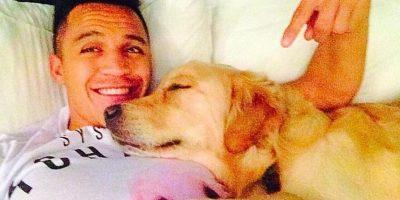Alexis a punto de dormir junto a su canino. Foto:twitter.com/Alexis_Sanchez