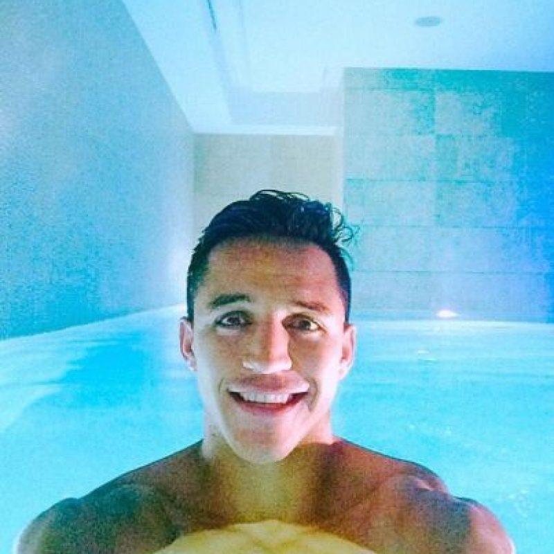 Sánchez disfruta de la piscina. Foto:twitter.com/Alexis_Sanchez