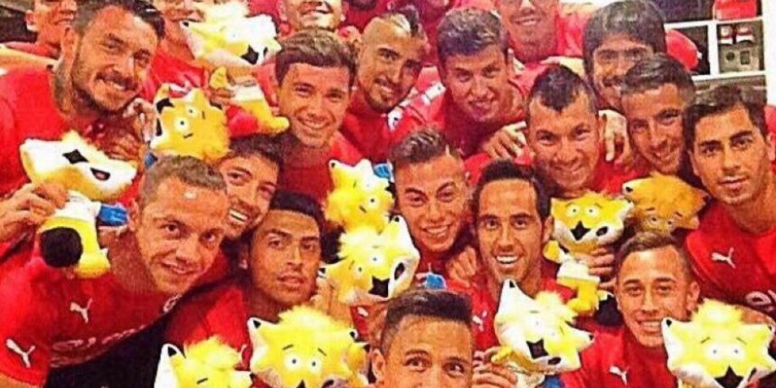 Alexis divirtiéndose con sus compañeros de la Selección chilena. Foto:twitter.com/Alexis_Sanchez