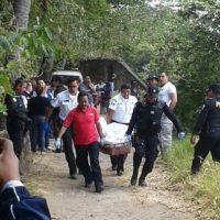 Socorristas y agentes rescatan el cuerpo de lago. Foto:EU