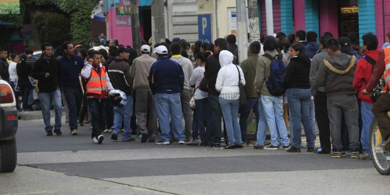 Cientos esperan por la carencia de antecedentes en la zona 9. Foto:Publinews