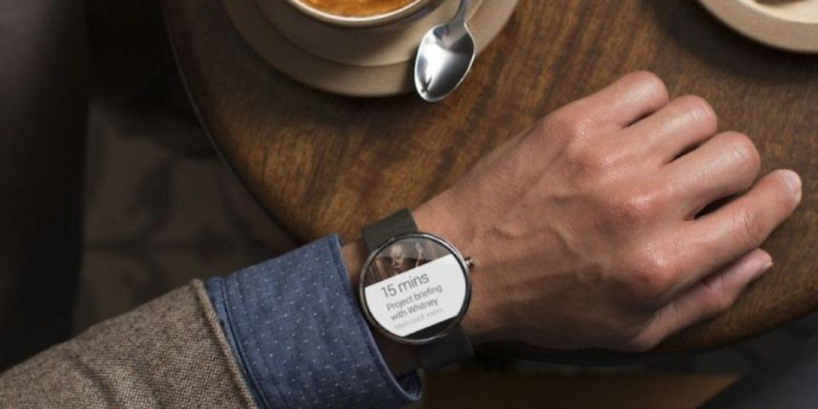 Presume una pantalla redonda de 1.6mm de diámetro, Android Wear, 4GB de memoria interna, 512MB en RAM, Bluetooth 4.0, NFC, micro USB, batería de 320 mAh y 49 gramos de peso. Foto:Motorola