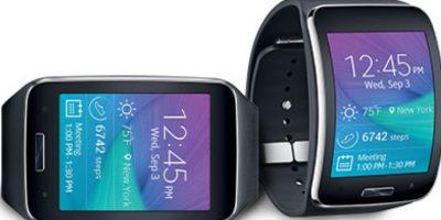 Tiene una pantalla cuadrada de dos pulgadas, procesador de doble núcleo corriendo a 1GHz, 4GB de memoria interna, 512MB en RAM, sistema operativo Android Wear, Bluetooth 4.0, NFC, micro USB, 45 gramos de peso y batería de 420 mAh. Foto:Samsung