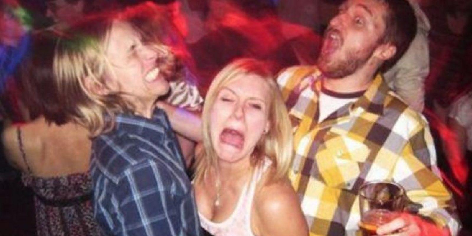 La pobre mujer atrapada entre dos fiesteros Foto:EmbarrassingNightClubPhotos
