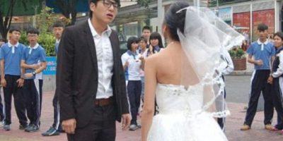 El hombre la botó. En público. Foto:Weibo