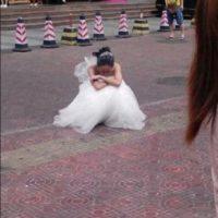Ella quedó desolada en la acera. Foto:Weibo