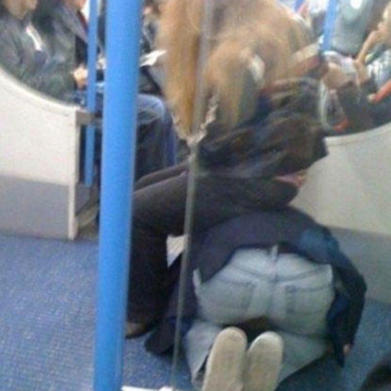 """Otros se agachan para complacer a la """"amiga"""" del alma Foto:Twitter"""