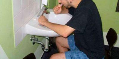 Lavarse los dientes sentado… Foto:Blog Hacker