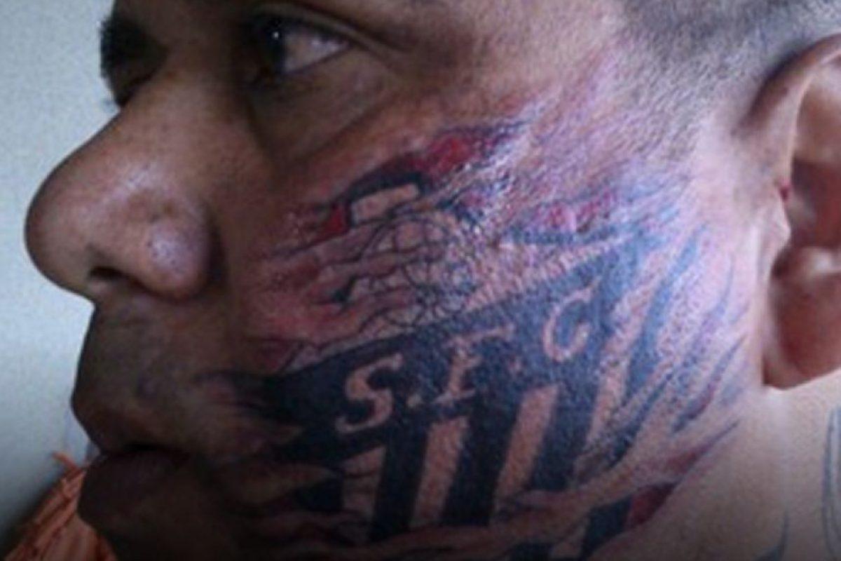 Israel Fernando Pereira Alves tiene cuatro tatuajes del Santos de Brasil en el rostro Foto:Facebook
