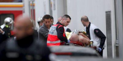 Tres hombres vestidos de negro, encapuchados y armados atacaron laas instalaciones de Charlie Hebdo Foto:AP