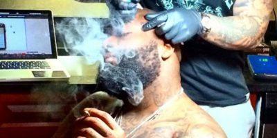 Rapero se tatúa el logo de su equipo favorito en el rostro