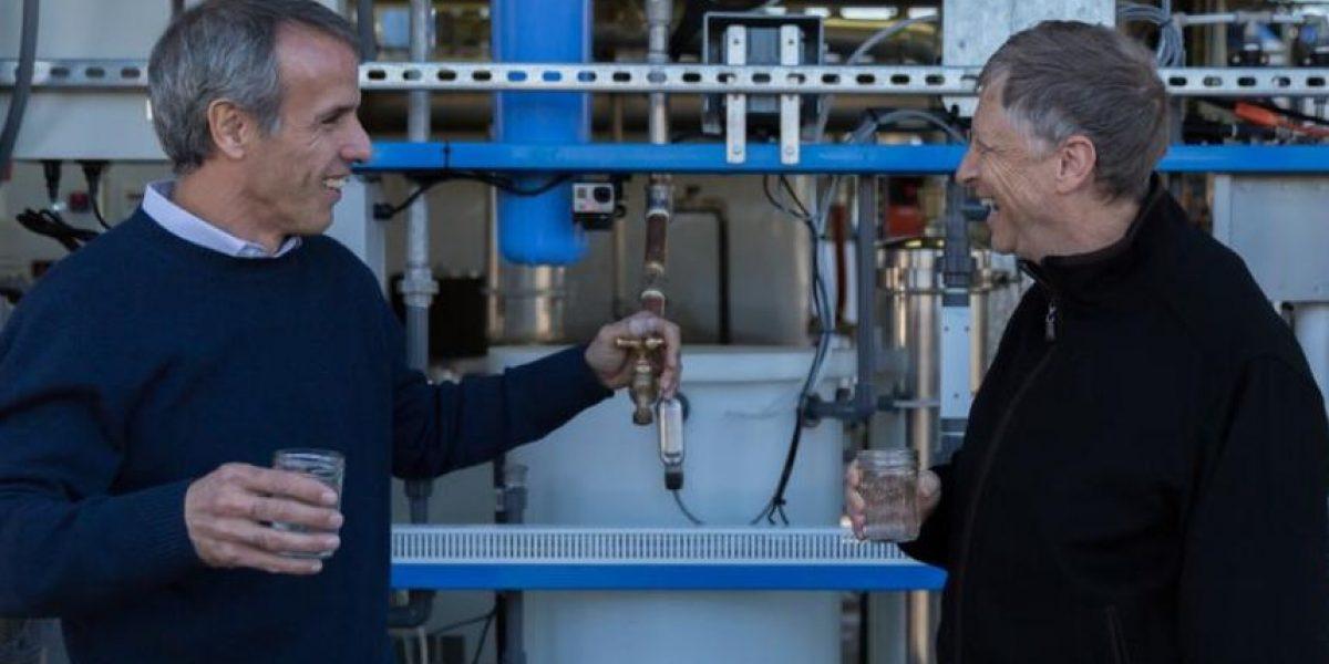 Bill Gates toma agua reciclada de desechos humanos