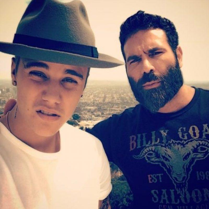 """Aquí, con Dan Bilzerian, """"El Rey de Instagram"""" Foto:Instagram/Justin Bieber"""