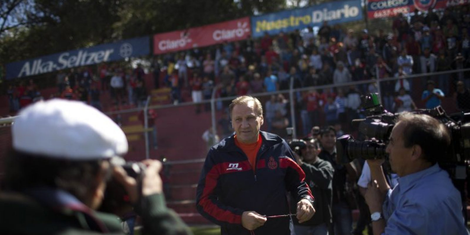 Enzo Trosseo llegó al estadio Manuel Carrera en donde fue recibido por la afición de Municipal. Foto:Saúl Martínez / EFE