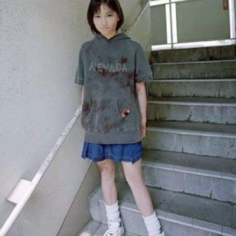 """Natsumi Tsuji: En 2004 fue sentenciada, con solo 11 años, a pasar nueve años de prisión por degollar a su compañera Satomi Mitarai con una navaja en un salón de clases, todo luego de vendarle los ojos. Era fanática de la subcultura gore. Degolló a Satomi porque le hizo bullying y la llamó """"gorda"""". Luego de degollar a su compañera, sus compañeros estaban a su alrededor, y la fotografiaron. Increíblemente, tiene legiones de fans. Se le llamó 'Nevada- Tan' por su suéter. Foto:Fuji Tv"""