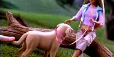 Barbie con el perro Tanner, que defecaba de verdad. Foto:Mattel