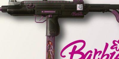 """Barbie """"XBOx"""", con arma y todo. Foto:HotPointsCase"""