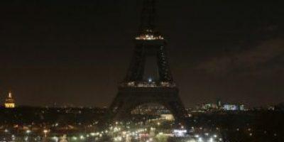 FOTOS. La Torre Eiffel se unió al luto del ataque a #CharlieHebdo
