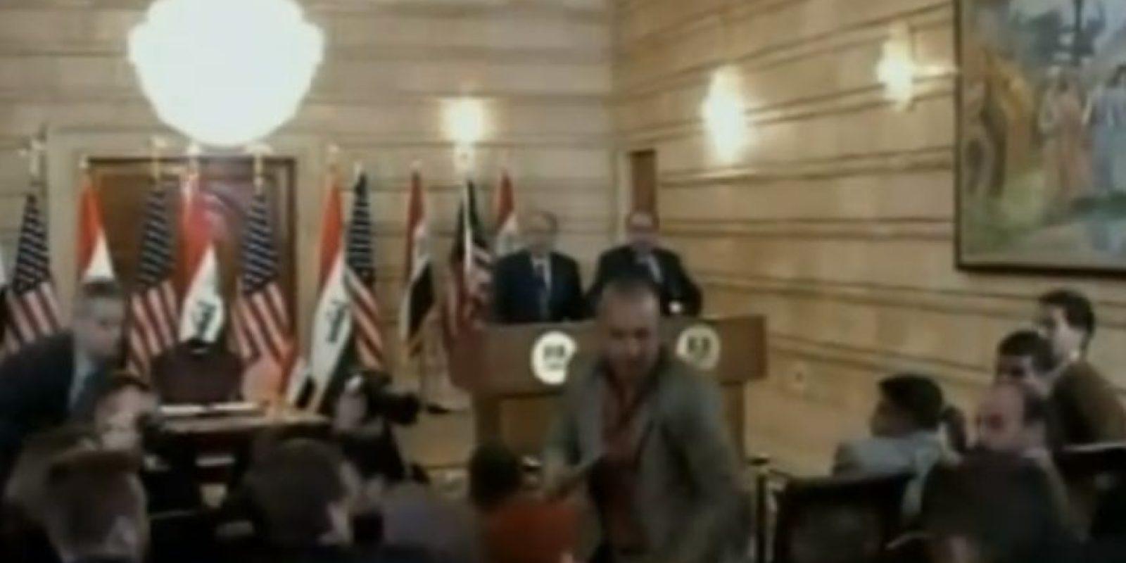 5. Periodista lanza sus zapatos contra George W. Bush. Foto:Youtube