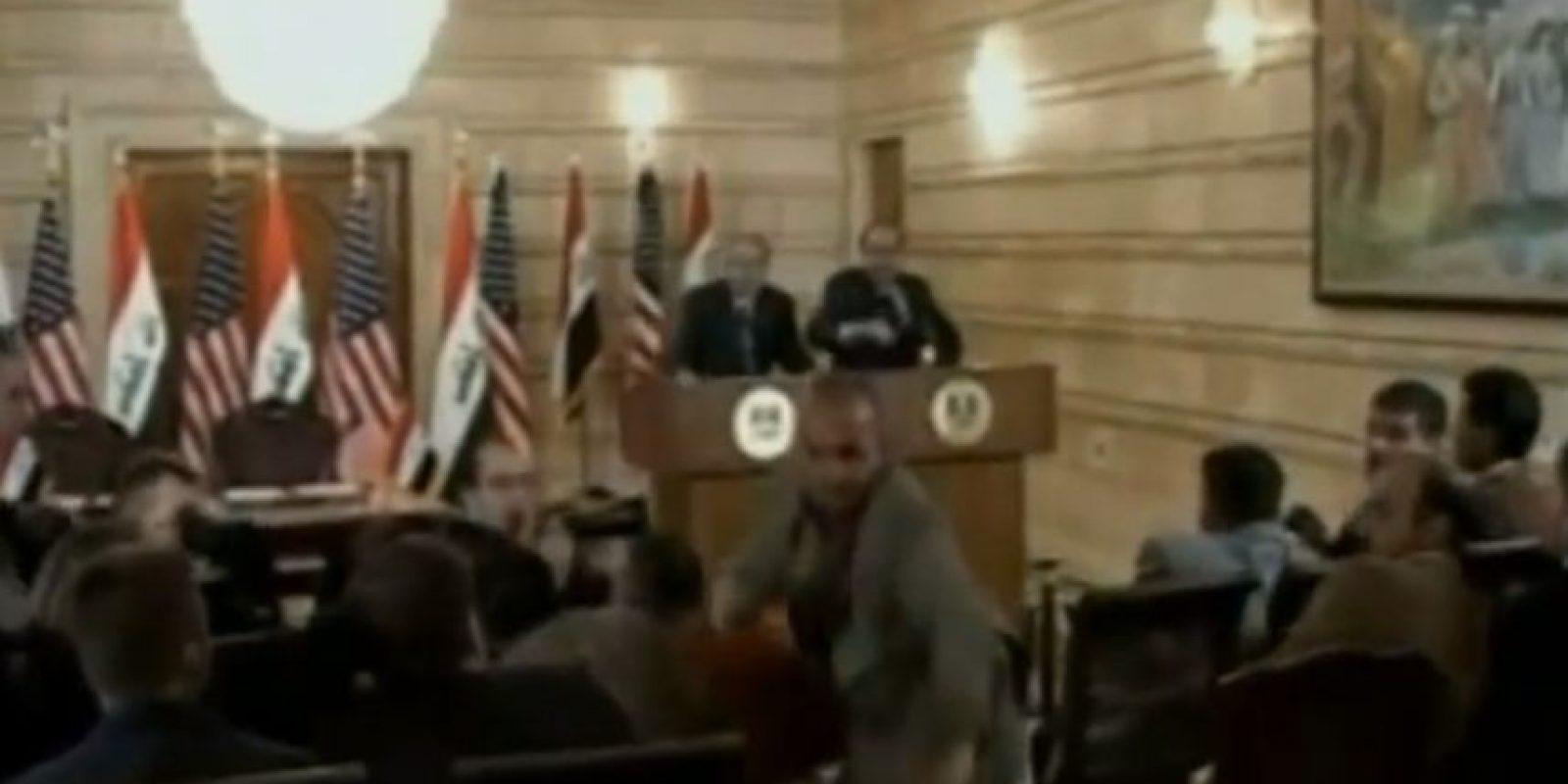 El periodista iraquí, Muntazer al Zaidi se convirtió en un héroe nacional luego de arrojar su par de zapatos al ex presidente estadounidense mencionando: Foto:Youtube