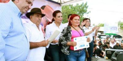 Baldetti entrega 432 títulos de propiedad en Zacapa