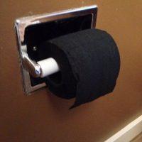 Papel higiénico negro. Foto:Imgur