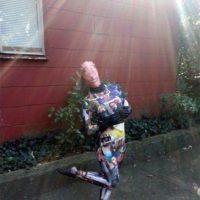 Pero ella, como tantas, pudo comprar este disfraz en Internet. Foto:Imgur