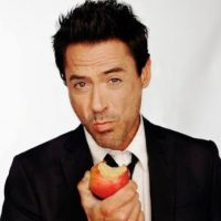 Incluso para comerse una manzana se ve increíble. Foto:Facebook/Robert Downey Jr.