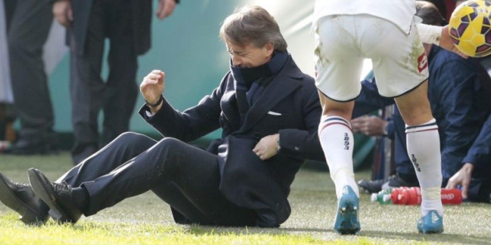 Un balonazo de Andreolli impactó en el rostro de Roberto Mancini, quien cayó al suelo. Foto:AFP