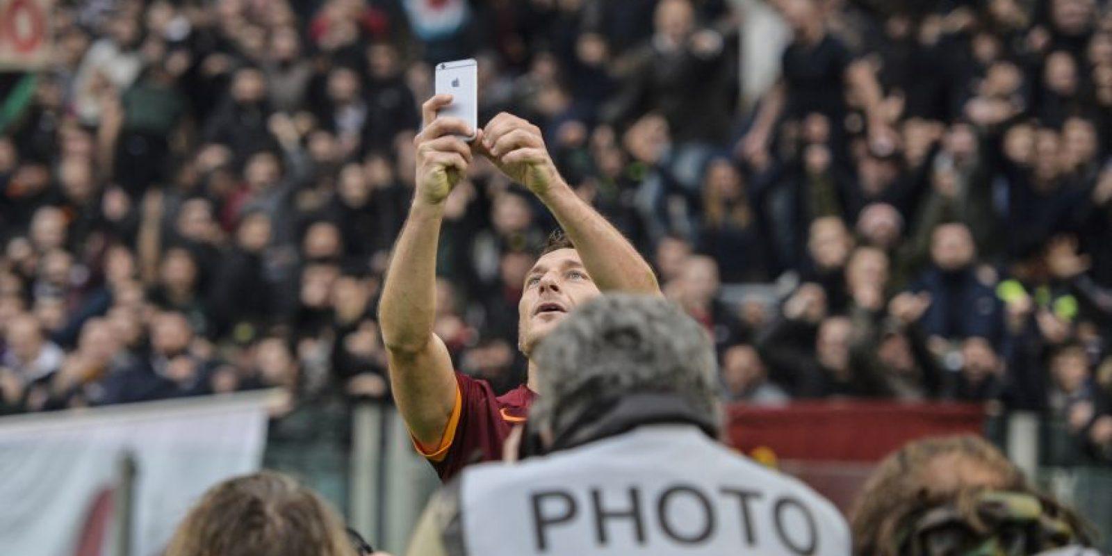 Francesco Totti fue la figura de la Roma en el clásico capitalino contra la Lazio y lo celebró tomándose una foto con un teléfono celular. Foto:AFP