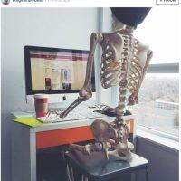 Con su Mac. Obvio. Foto:OmgLiterallyDead/Instagram