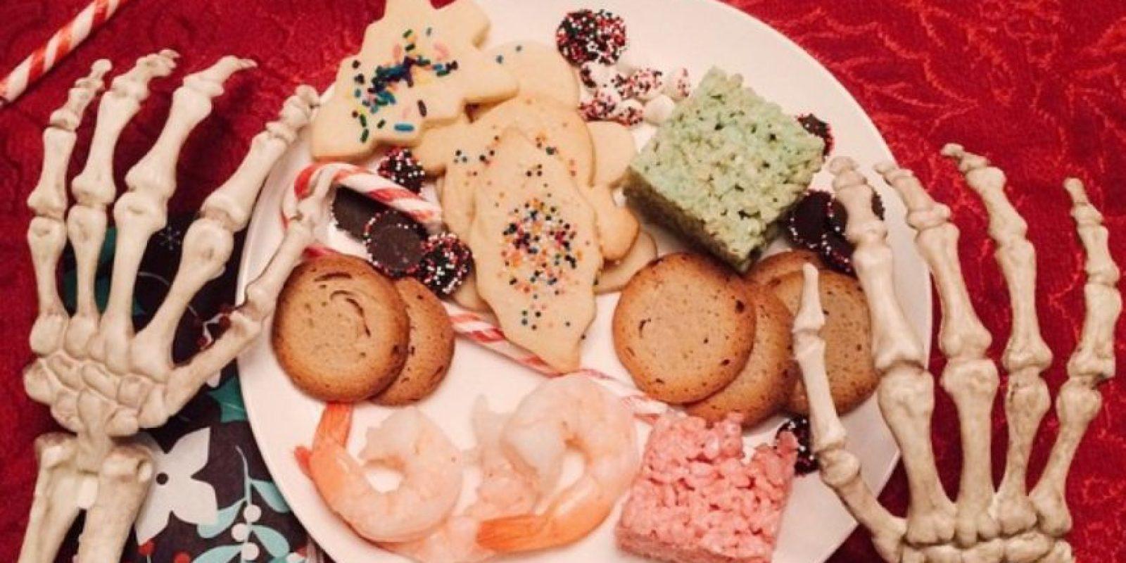 Con el plato de comida. Foto:OmgLiterallyDead/Instagram