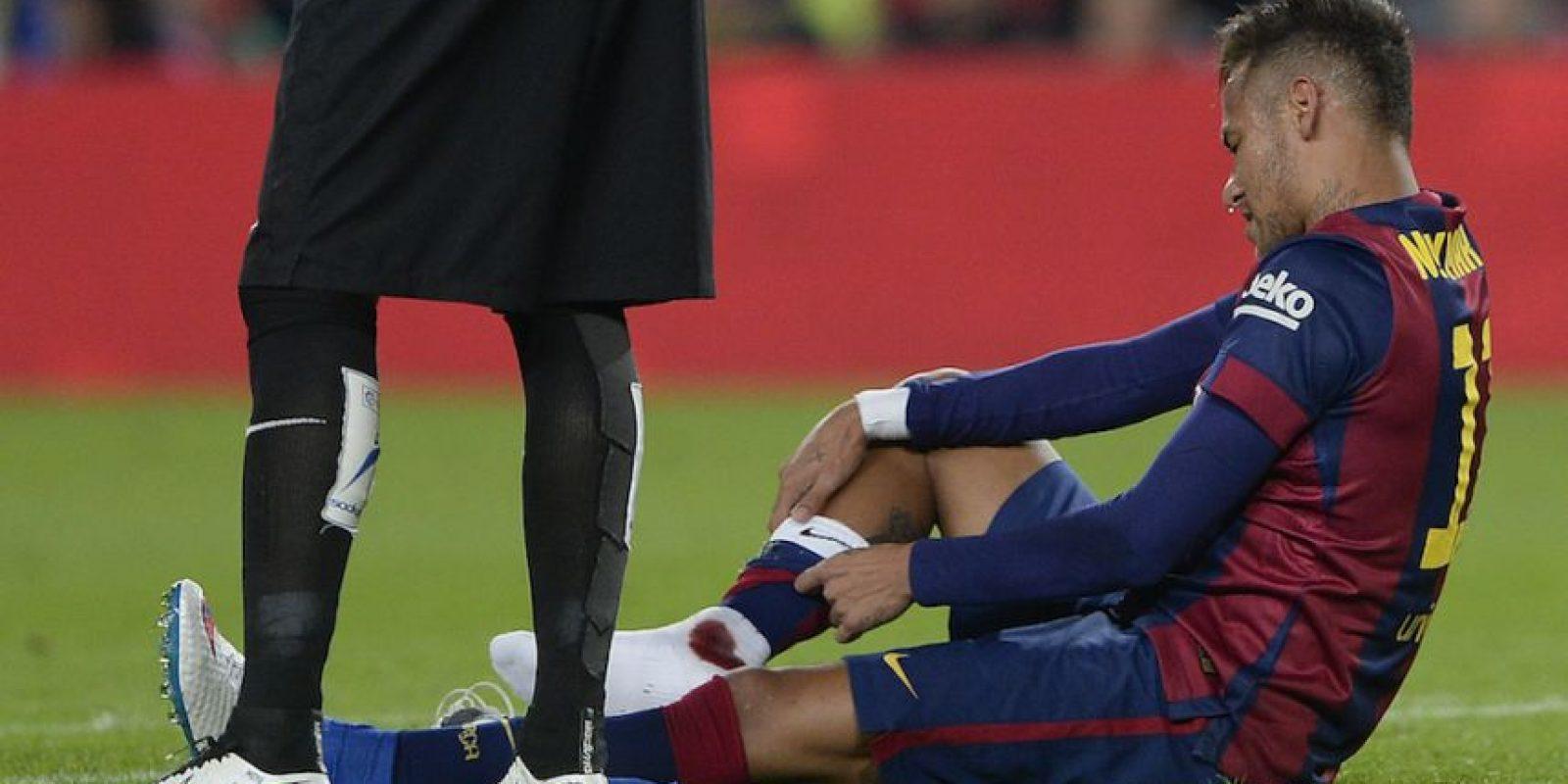 Neymar recibió una fuerte entrada. Foto:AFP