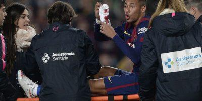 Neymar mostró su calceta llena de sangre. Foto:AFP