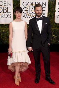 La esposa de Jaimie Dornan muestra cómo no se debe ir con un vestido de talle bajo. Foto:Getty Images