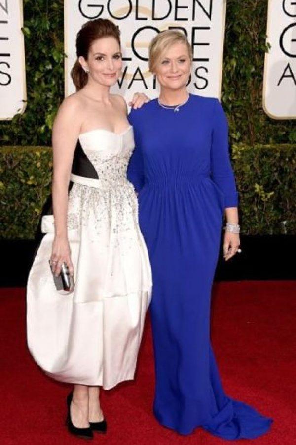 Las dos comediantes, Tina Fey y Amy Poehler, no acertaron con sus vestidos. Foto:Getty Images