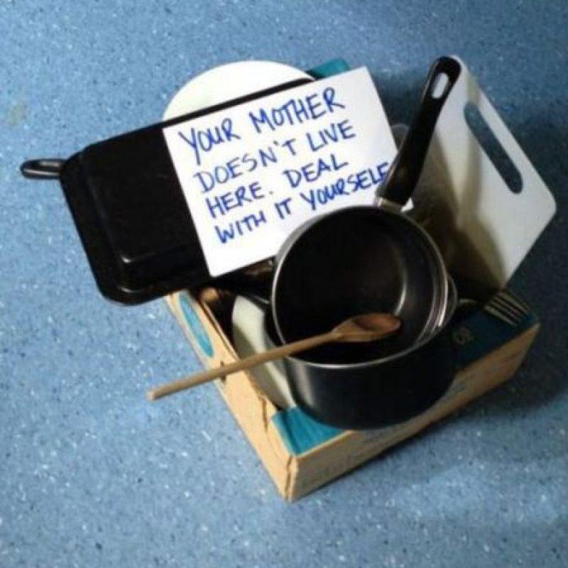 """Devolver sus tuppers sucios con este letrero: """"Tu madre no vive acá, lava todo"""". Foto:TFR"""