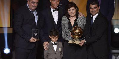 Cristiano Ronaldo con su mamá, hijo y otras personalidades. Foto:AFP