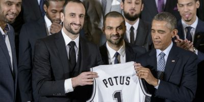Obama recibe una camiseta del equipo San Antonio Spurs de la NBA