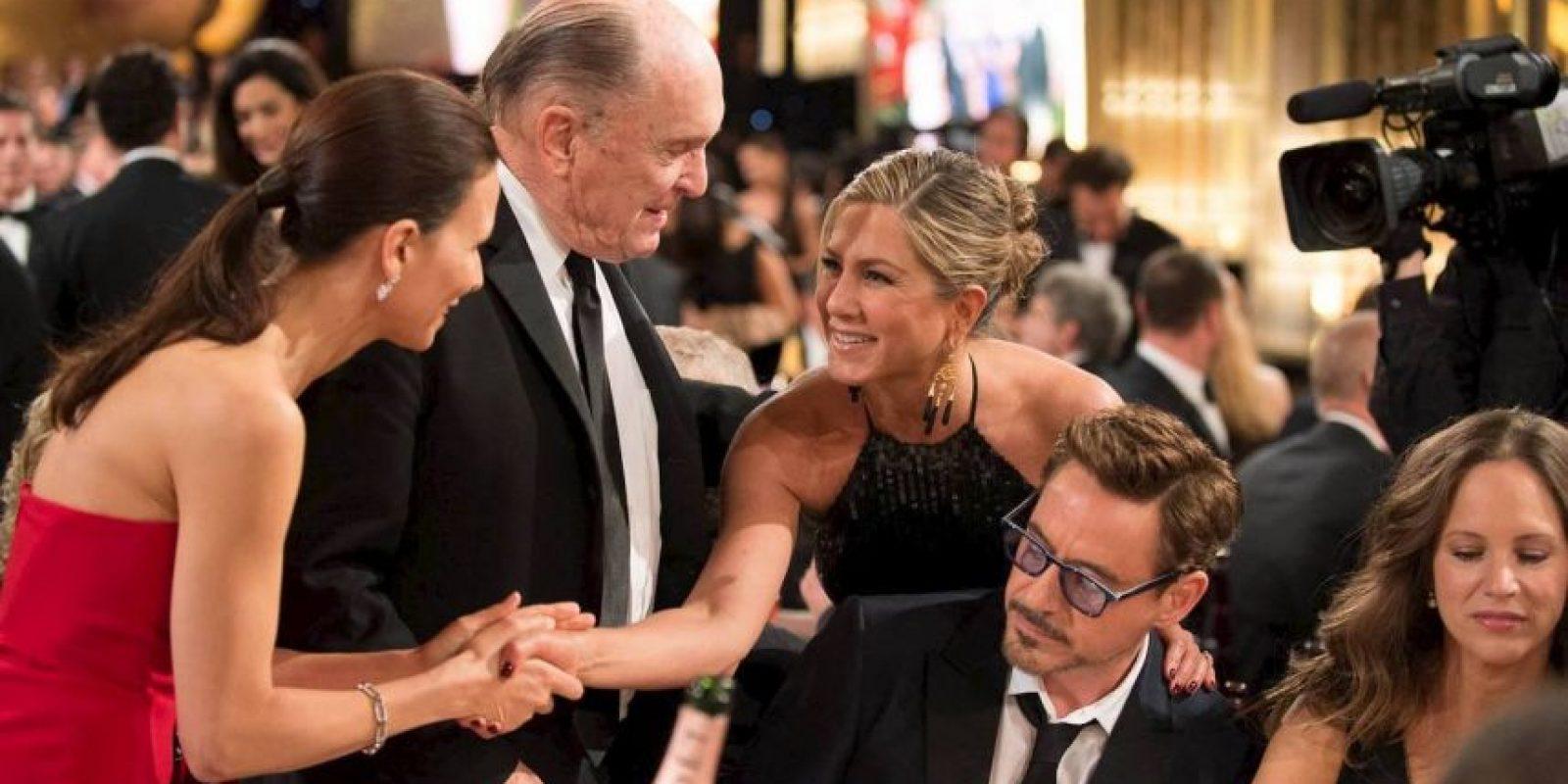Jennifer Aniston saluda a Robert Duvall y su mujer, pasando sobre Robert Downey Jr. Foto:J. Melnick desde Los Ángeles para Metro