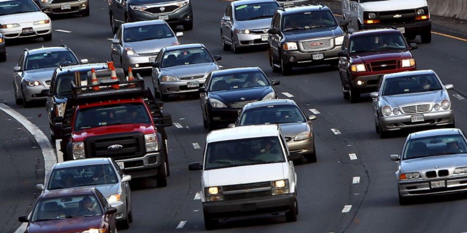 2. Antes de entrar en la curva hay que tener el trabajo hecho. Primero se frena -siempre con el coche recto- y después se reduce. Foto:Getty Images