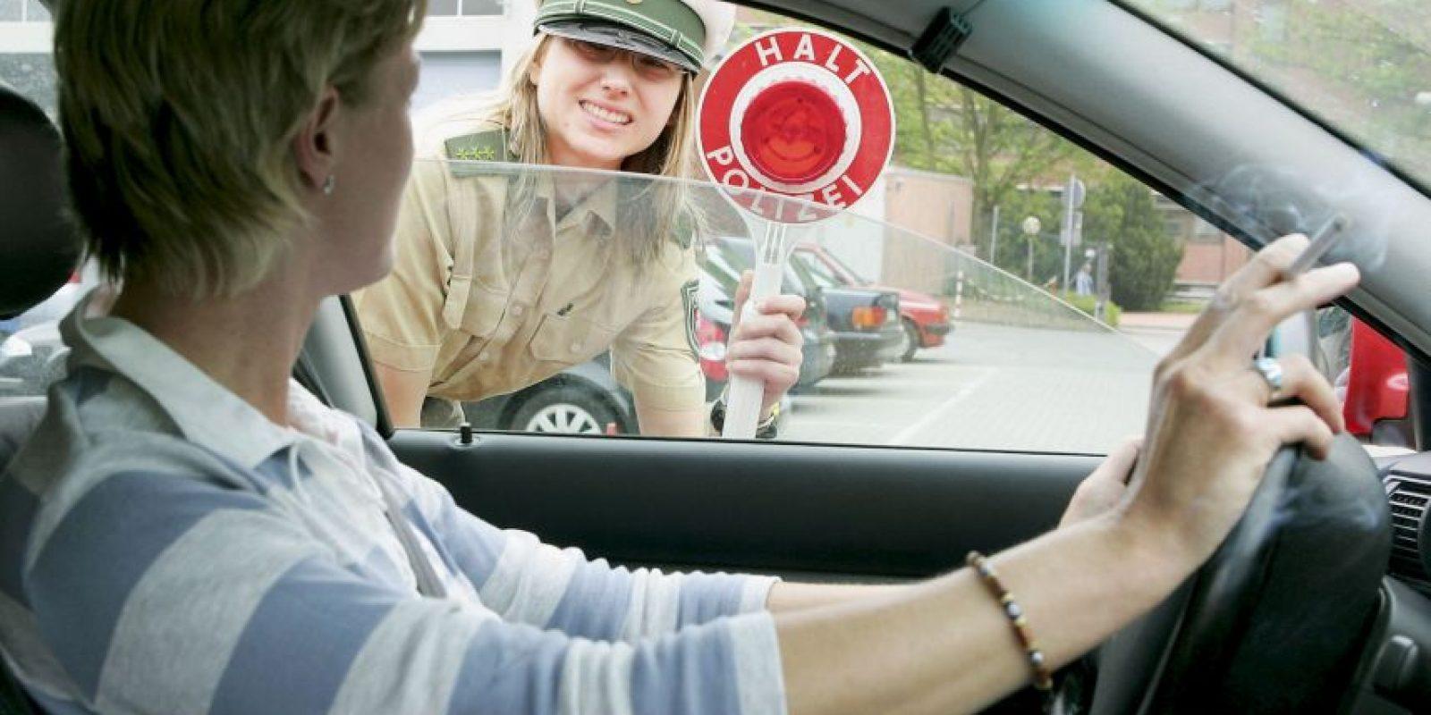 4. Revisar frecuentemente sus espejos y anticipar lo que los otros conductores harán es el paso más importante para convertirse en un conductor atento y seguro. Foto:Getty Images