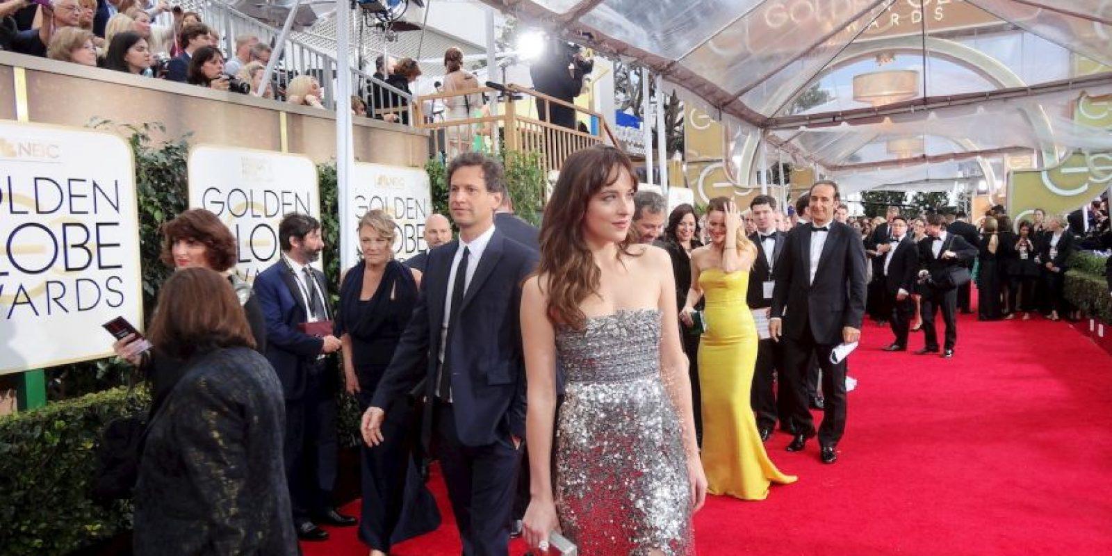 """Dakota Johnson, hija de Melanie Griffith y Don Johnson, coprotagonista de """"50 Shades of Grey hace su entrada por la Alfombra Roja. El tráiler de la película ha sido visto 50 millones de veces. Foto:J. Melnick desde Los Ángeles para Metro"""
