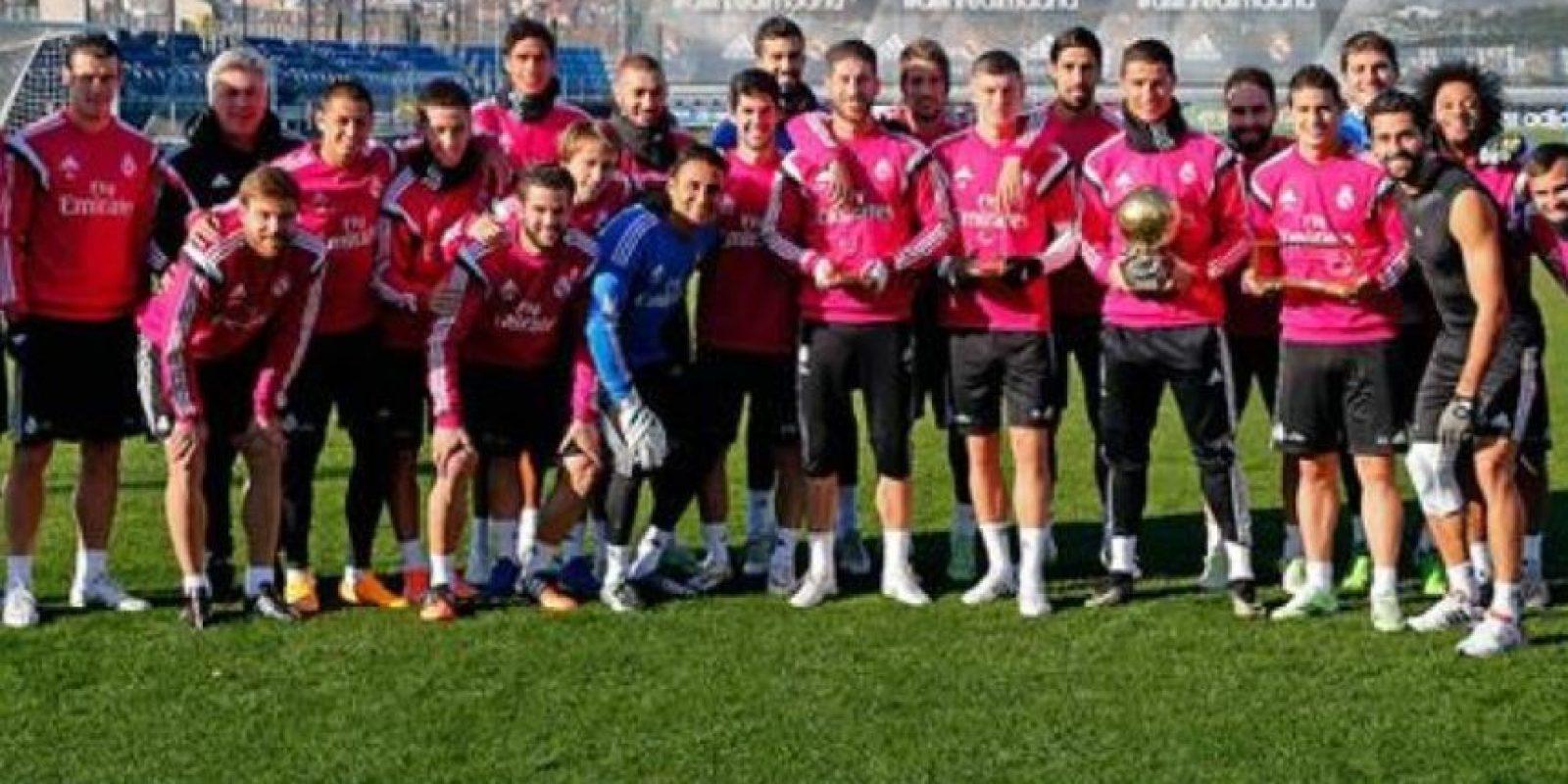La plantilla merengue con los ganadores de trofeos FIFA. Foto:twitter.com/realmadrid