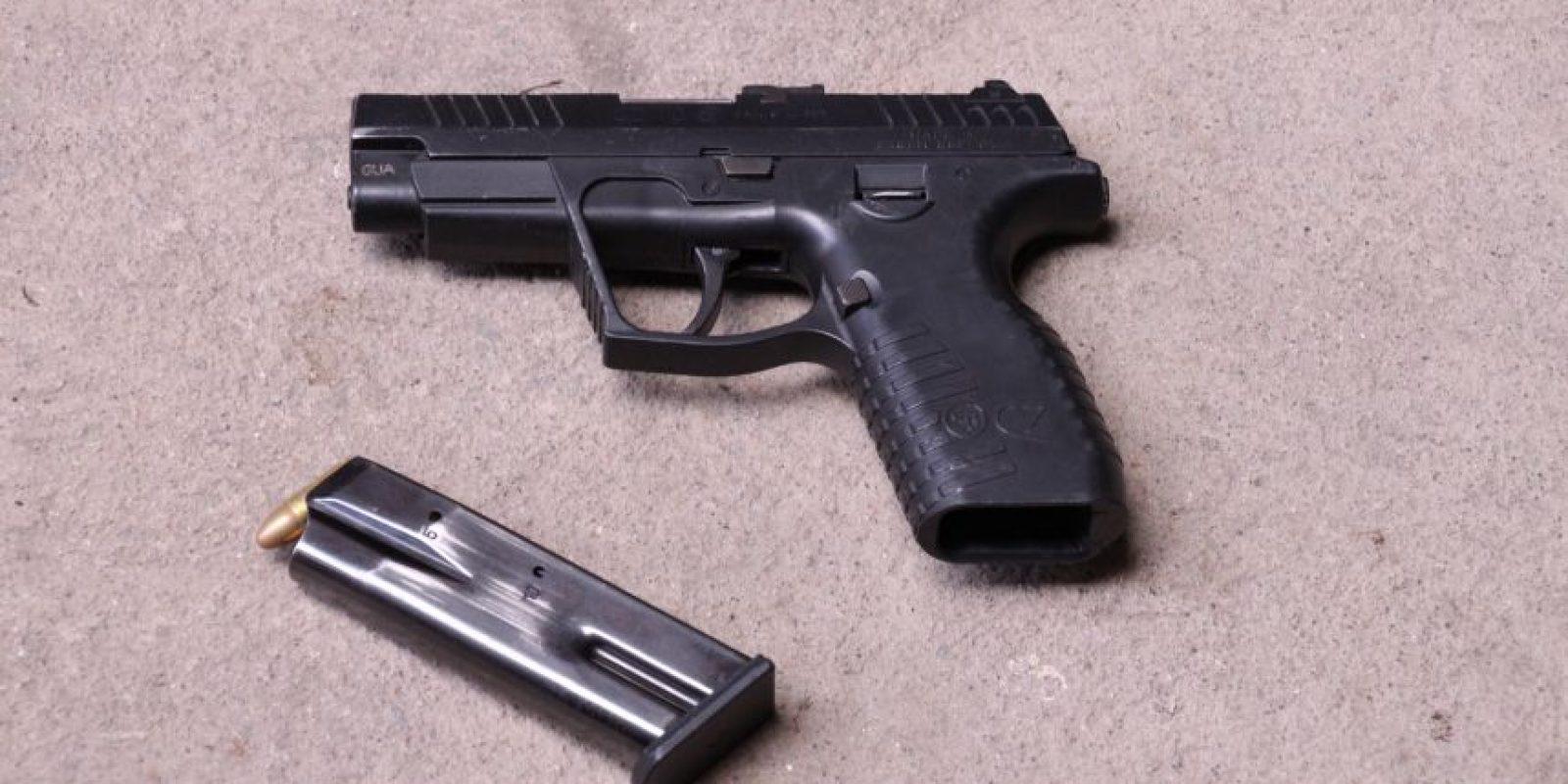La mujer tenía esta pistola. Foto:PNC