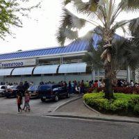 Fila a las afueras de un supermercado para comprar alimentos Foto:Vía Twitter @ingridriera