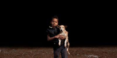 FOTOS. Niños huérfanos adoptan un perro para tener compañía