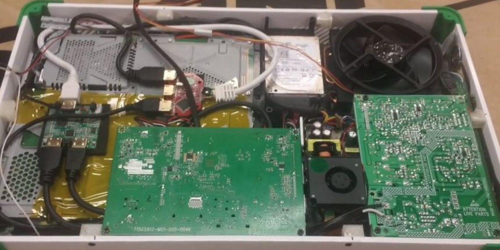 El interior de la laptop que combina un PS4 y el Xbox One Foto:vía edsjunk.net