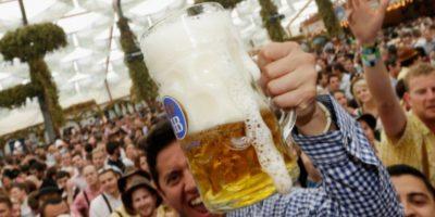 En estudios previos ya se había encontrado una relación entre horas de trabajo y riesgo de alcoholismo, pero eran análisis con muestras reducidas. Foto:Getty Images